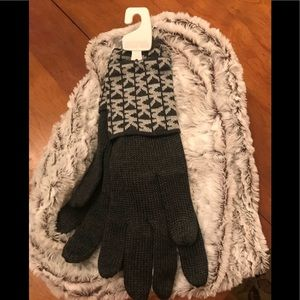 Gorgeous, new Michael Kors gray knit gloves❤️